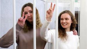 Las periodistas bielorrusas que trabajan para el canal de televisión polaco Belsat, Katerina Bakhvalova (Andreeva) y Daria Chultsova, dentro de una jaula antes del comienzo de un juicio en Minsk, Bielorrusia.