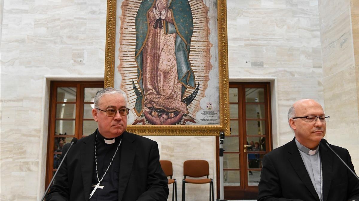 Los obispos chilenos Luis Fernando Ramos Pérez(derecha) y Juan Ignacio González, en su comparecencia de ayer en el Vaticano.