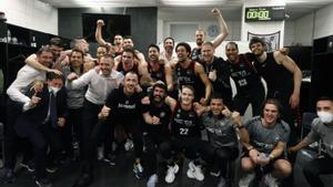Los jugadores del Bilbao Basket celebran la permanencia tras su triunfo ante el Joventut