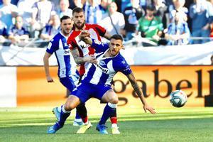 El delantero del Alavés Joselu disputa un balón en un partido ante el Athletic Club.