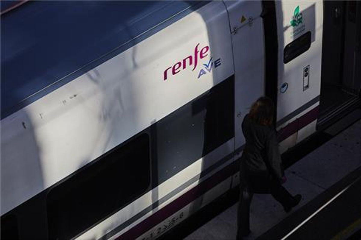 Un tren de alta velocidad en la estación de Atocha (Madrid).