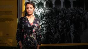 Patricia Buckley, en la muestra del Palau Robert, ante una fotografía realizada por su abuelo.