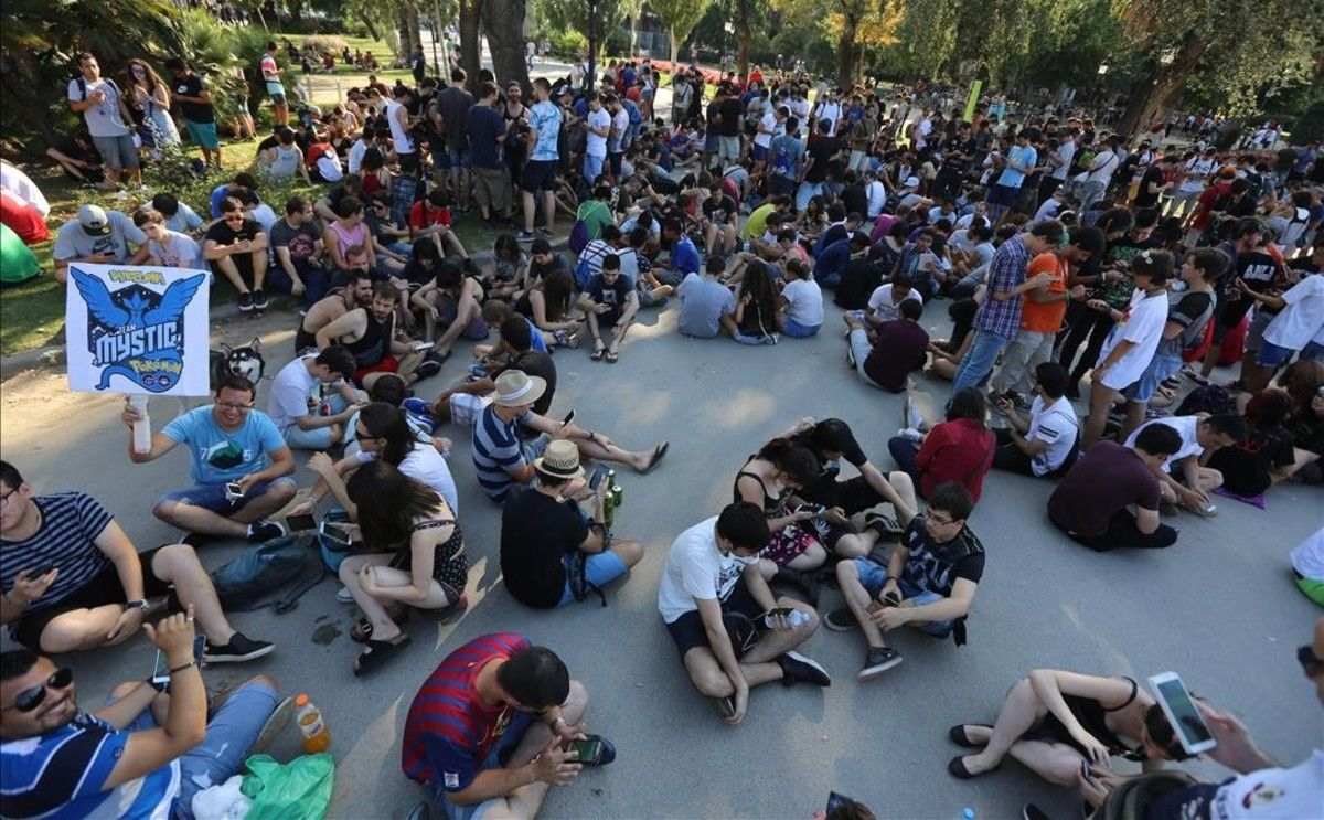 Quedada de jugadores de Pokémon Go en el Arc de Triomf de Barcelona, este domingo por la tarde.