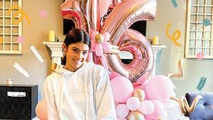 Charli D'Amelio, el día de su 16º cumpleaños, en una imagen del álbum familiar que comparte en su nuevo libro.