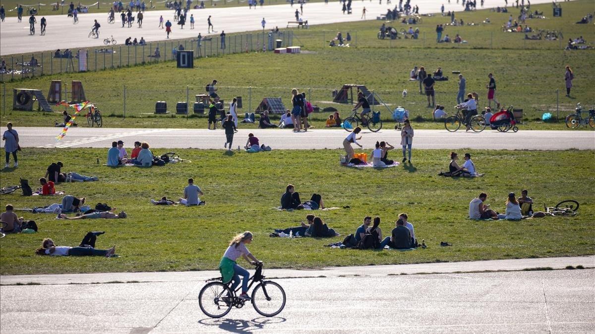 Berlineses disfrutando del buen tiempo en el parque Tempelhofer de Berlín