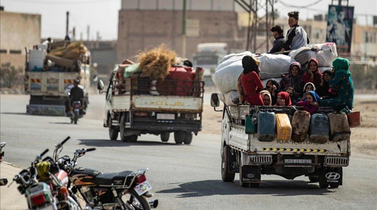 Familias de sirios huyen de las zonas de conflicto en la frontera turcosiria.