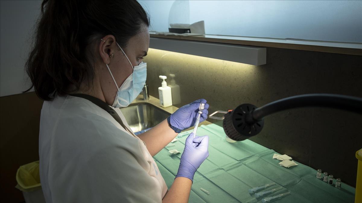 Una enfermeras del CAP de Poblenou de Barcelona prepara una vacuna de Pfizeren el Casal de Gent Gran Quatre Cantons, el pasado 23 de marzo.