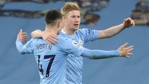 Foden y De Bruyne celebran uno de los cinco goles del City ante el Southampton.