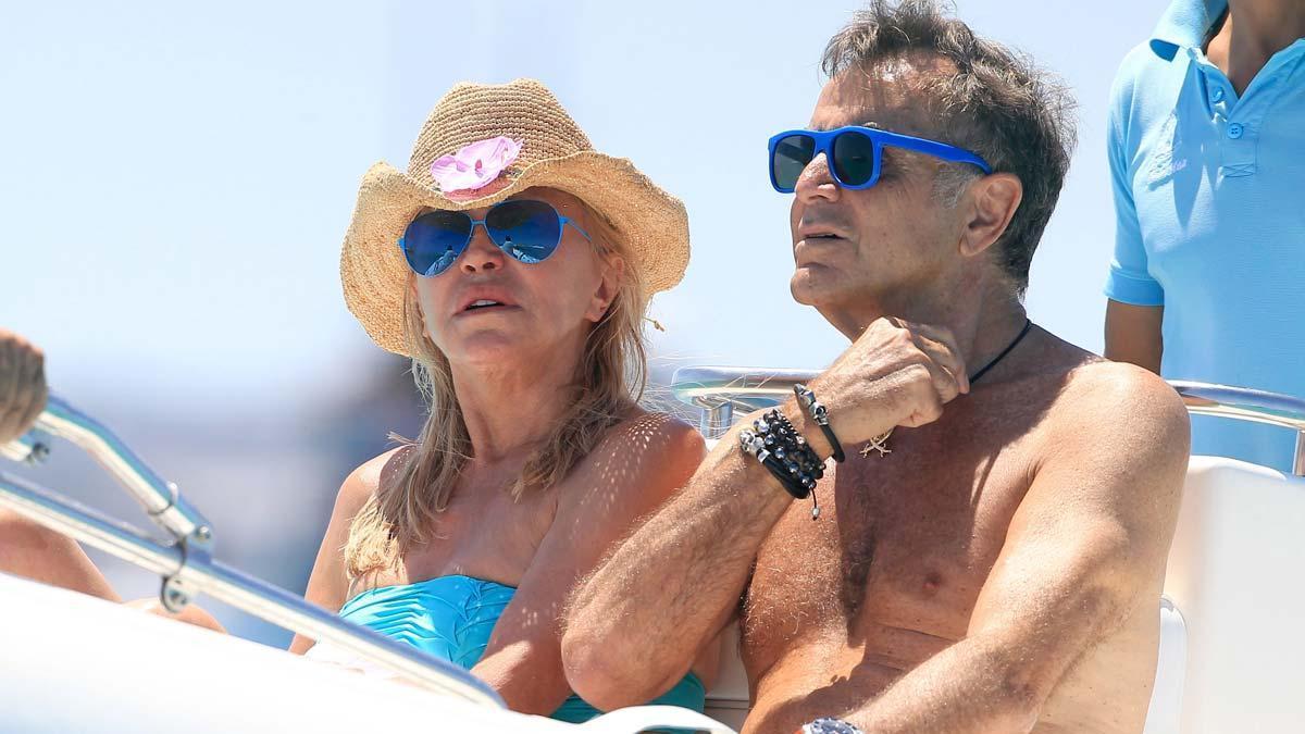 Fallece Manolo Segura, uno de los grandes amores de Tita Cervera. En la foto, la pareja durante unas vacaciones en Ibiza en el año 2014.
