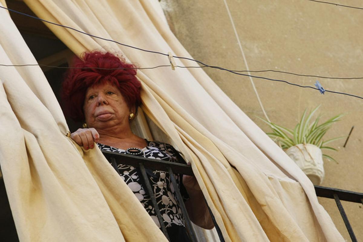 Carmen de Mairena, en el balcón del piso en el que alquilaba habitaciones.
