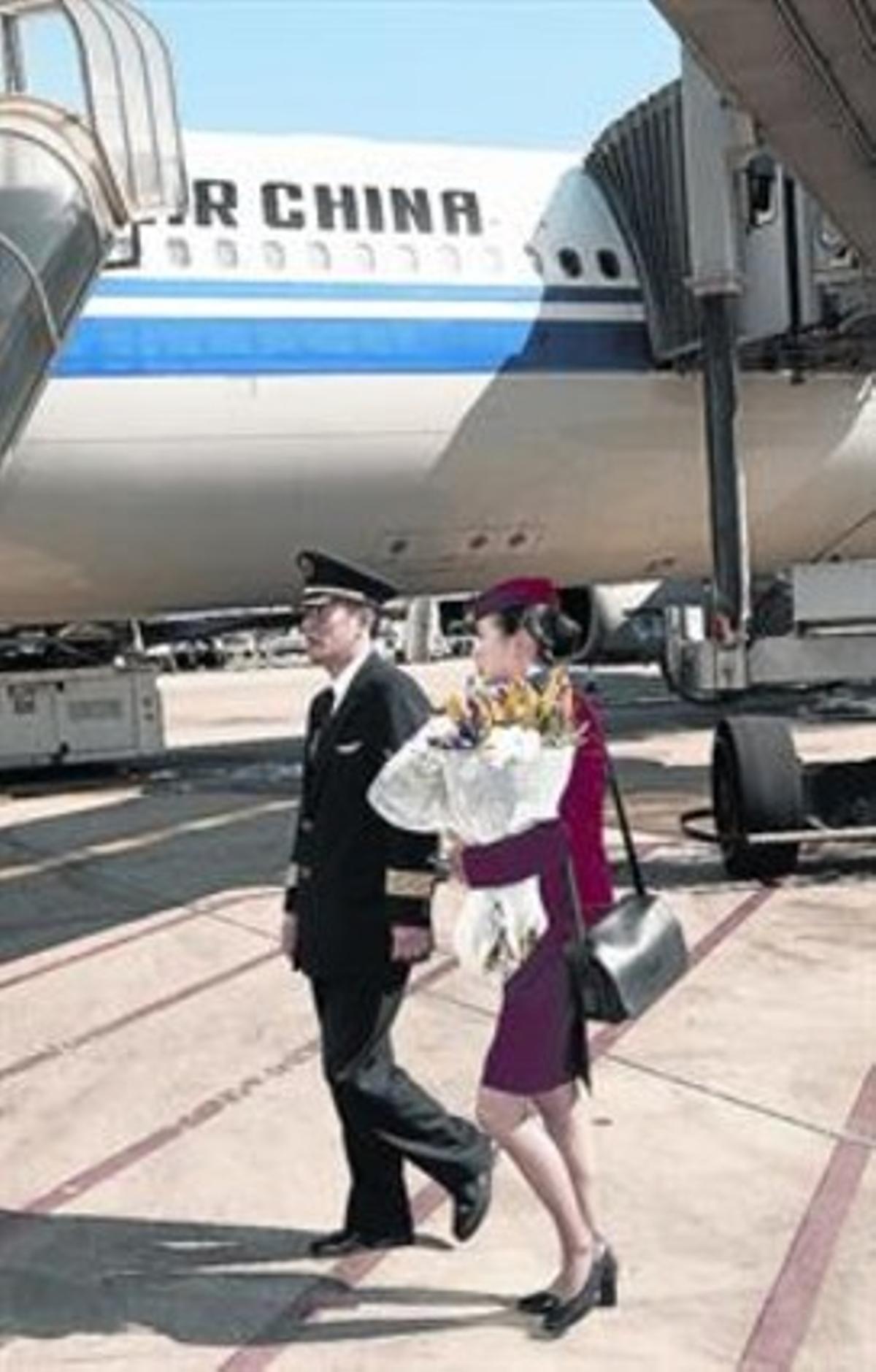 Miembros de la tripulación del primer vuelo de Air China en El Prat.