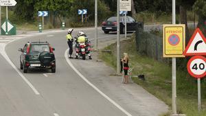Imagen de una mujer ejerciendo la prostitución en la autovía de Castelldefels