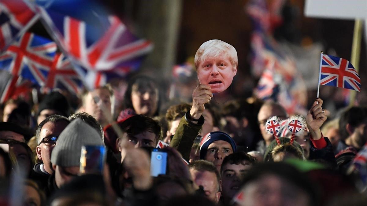 Partidarios del 'brexit' celebran la salida de la UE el viernes en la plaza el Parlamento en Londres.