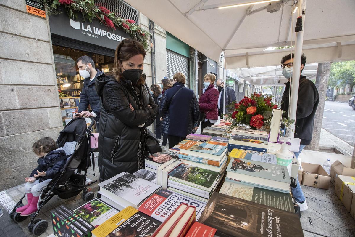 Parada frente la librería La Impossible, este miércoles.