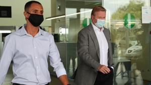 Koeman, a su llegada al aeropuerto del Prat en Barcelona.