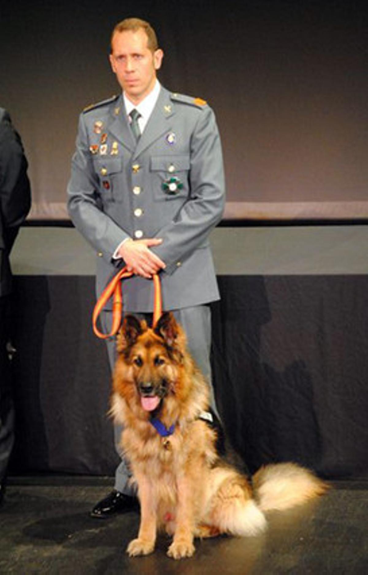 El sargento de la Guardia Civil Juan Carlos Alabarces posa con Ajax, en junio del 2013.