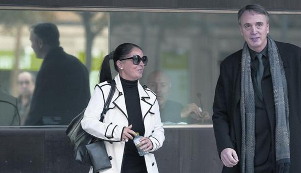 Alfonsa Reinoso abandona les dependències policials després de declarar, en companyia del seu advocat, Antoni Julià, ahir.