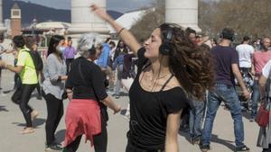 Un grupo de personas con auriculares baila en una 'silent disco', en Barcelona, el pasado marzo.