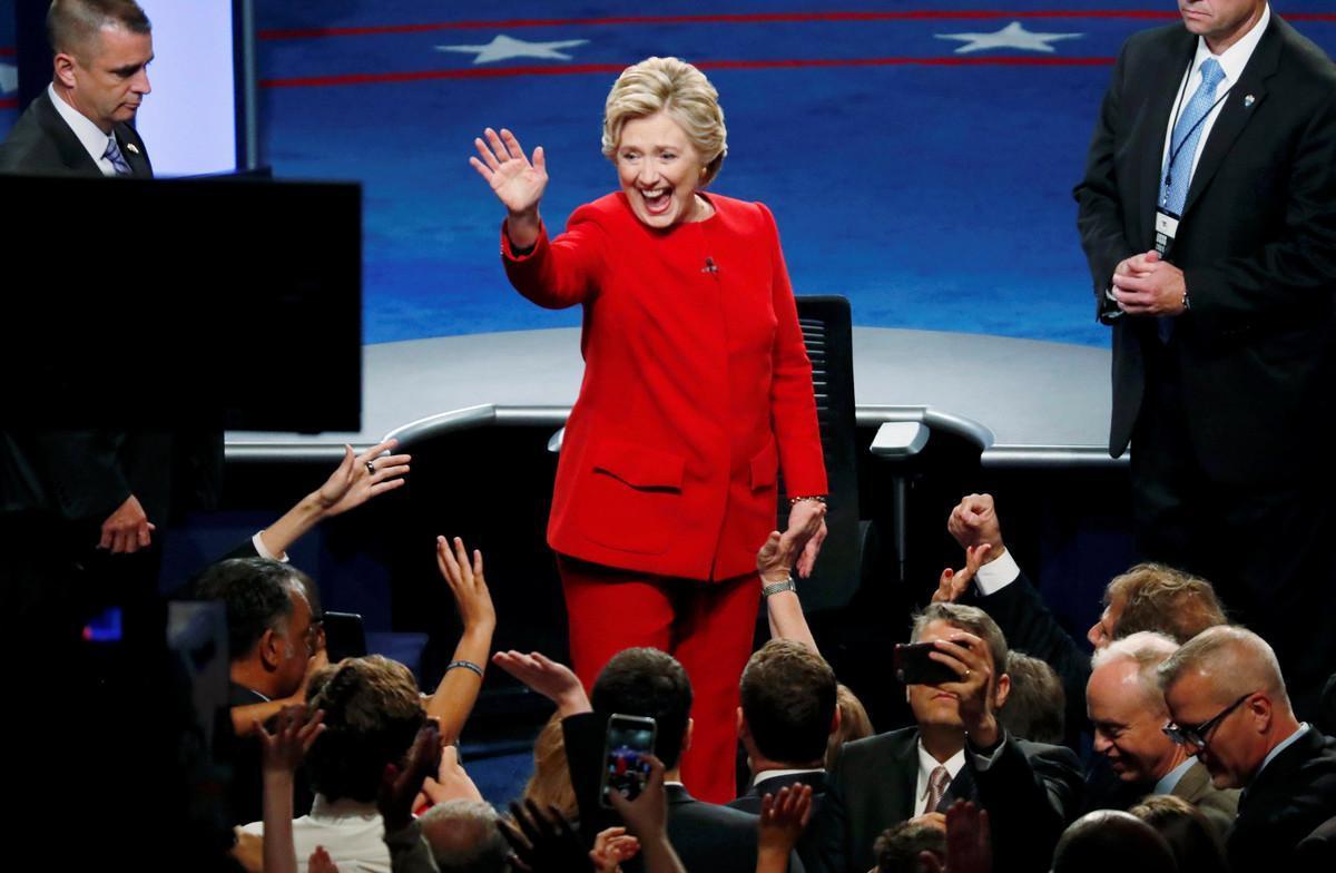Clinton saluda al público al final del debate con Trump, en Nueva York.