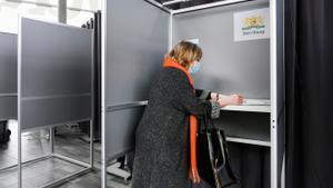 Una mujer vota en La Haya.