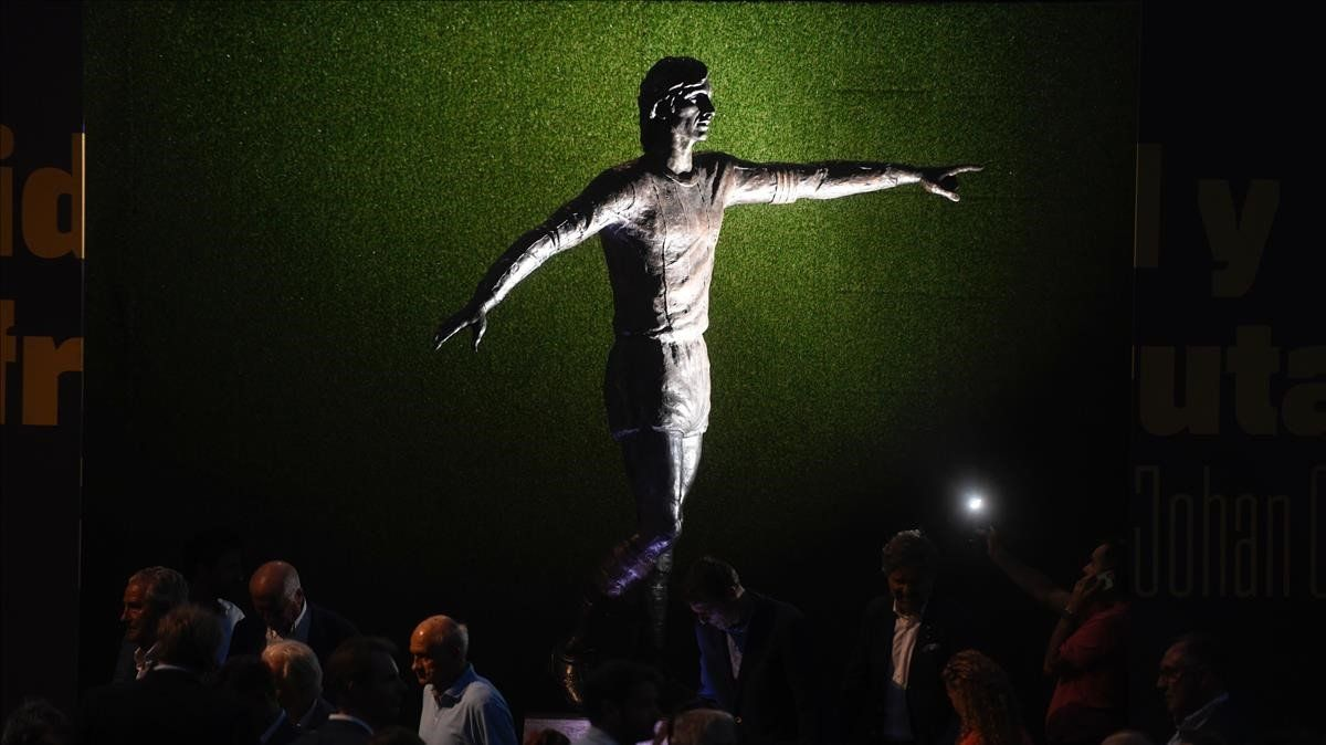 La estatua de Johan Cruyff en el Camp Nou.