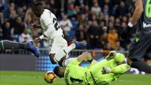 El madridista Vinicius cae ante el guardameta Rulli en el partido de Liga del pasado día 6 en el Bernabéu