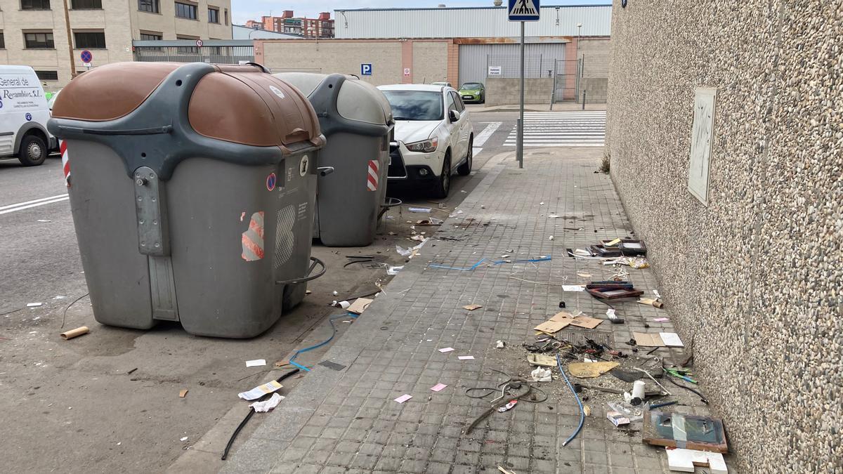 Los dos únicos contenedores del polígono industrial Via Trajana, rodeados de porquería