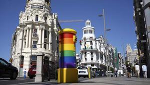 Buzón de correos en la Gran Vía de Madrid pintado con los colores del colectivo LGTB por la semana del Orgullo.
