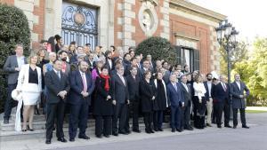 Fotografía de familia de los premiados con los Ondas del 2015, en la recepción de la alcaldesa Ada Colau.
