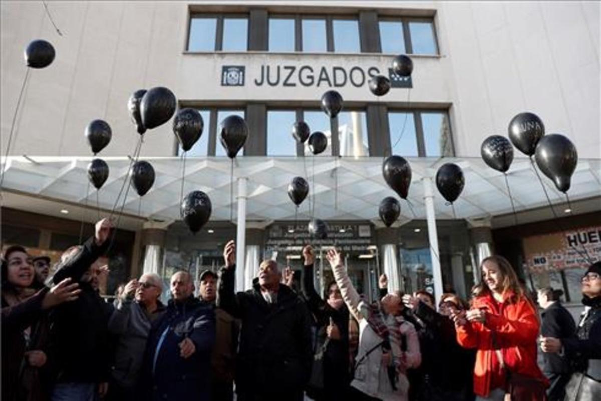 Grupo de afectados por Ivima frente a los juzgados de Plaza de Castilla.