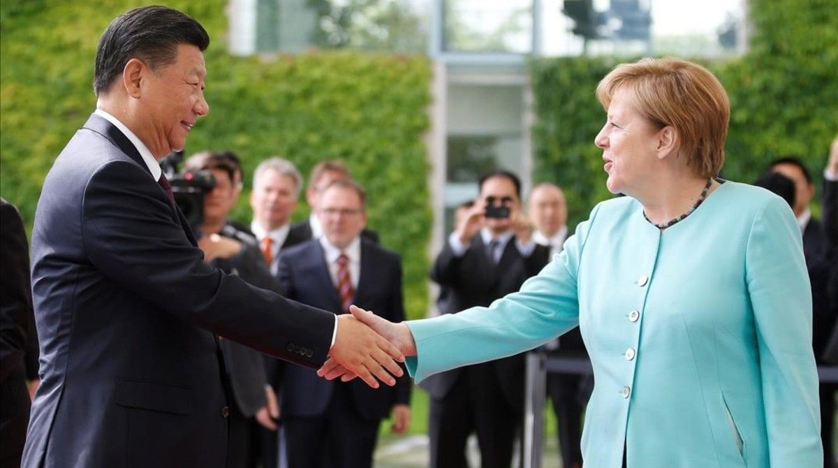 La cancillera alemana Angela Merkel da la bienvenida al presidente chino Xi Jinping.