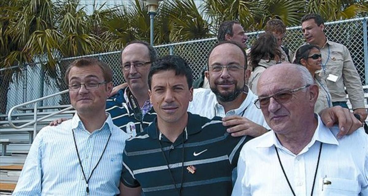 LA UPC, EN MARTE 3 A la izquierda, los ingenieros de la UPC que han trabajado para 'Curiosity'. A la derecha, sus nombres y el de la UPC en un chip.