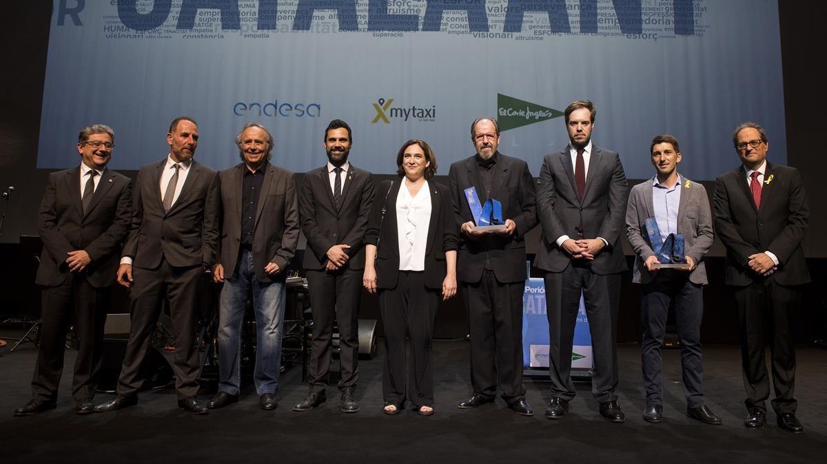 Los premiados Josep Maria Pou y Oriol Mitjà junto las autoridades y los responsables de Grupo Zeta en el final de la gala del Català de l'Any.