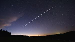 Imagen ralentizada del recorrido de un grupo de satélites del proyecto Starlink de SpaceX pasando sobre Uruguay, el pasado día 7.