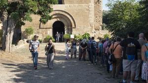 Los asistentes al congreso 'Salud censurada' hacen cola para entrar en el monasterio de Santa Maria de Les Franqueses, esta tarde en Balaguer.