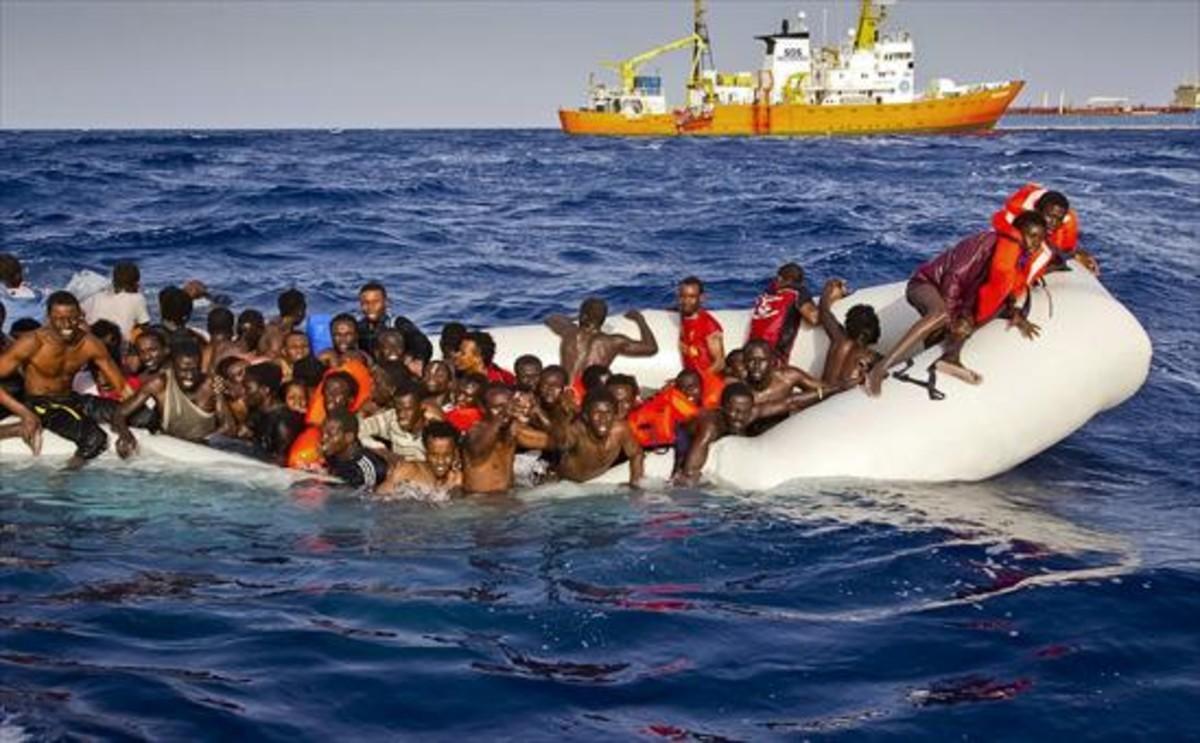 Rescate de una barcaza repleta de migrantesfrente a las costas de Lampedusa.