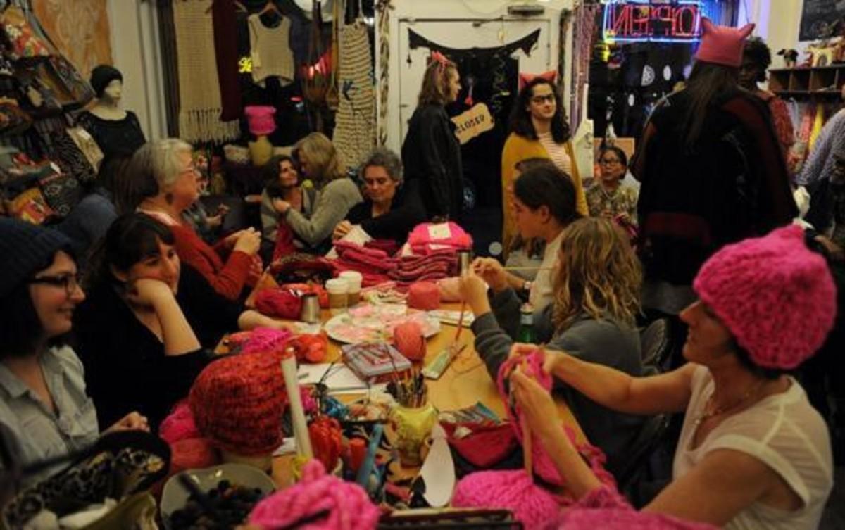 Las impulsoras del 'Pink Power' tejen gorros en la tienda Little Knittery de Los Angeles.