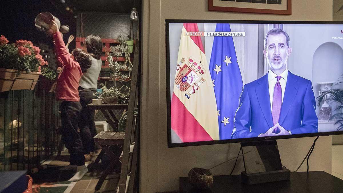 Los vecinos de Poblenou y Gracia hacen sonar las cazuelas durante el discurso del Rey, como protesta.