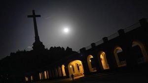 La cruz y parte del recinto del Valle de los Caídos, de noche.