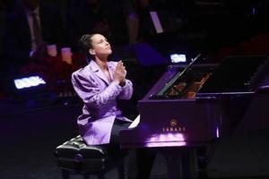 Alicia Keys terminó con gestos de agradecimiento, miró hacia arriba y expresó su amor a la viuda.
