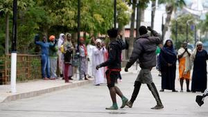Dos de los 52 inmigrantes que han accedido este domingo a Melilla saltando la valla.