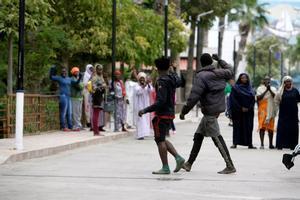 GRAF9240. MELILLA, 12/05/2019.- Dos de los 52 inmigrantes que han accedido hoy a Melilla, en un salto a la valla fronteriza protagonizado por un centenar de subsaharianos, en el que se han registrado cinco heridos, cuatro de ellos agentes de la Guardia Civil, y uno de los inmigrantes ha sido detenido. EFE/F:G. Guerrero