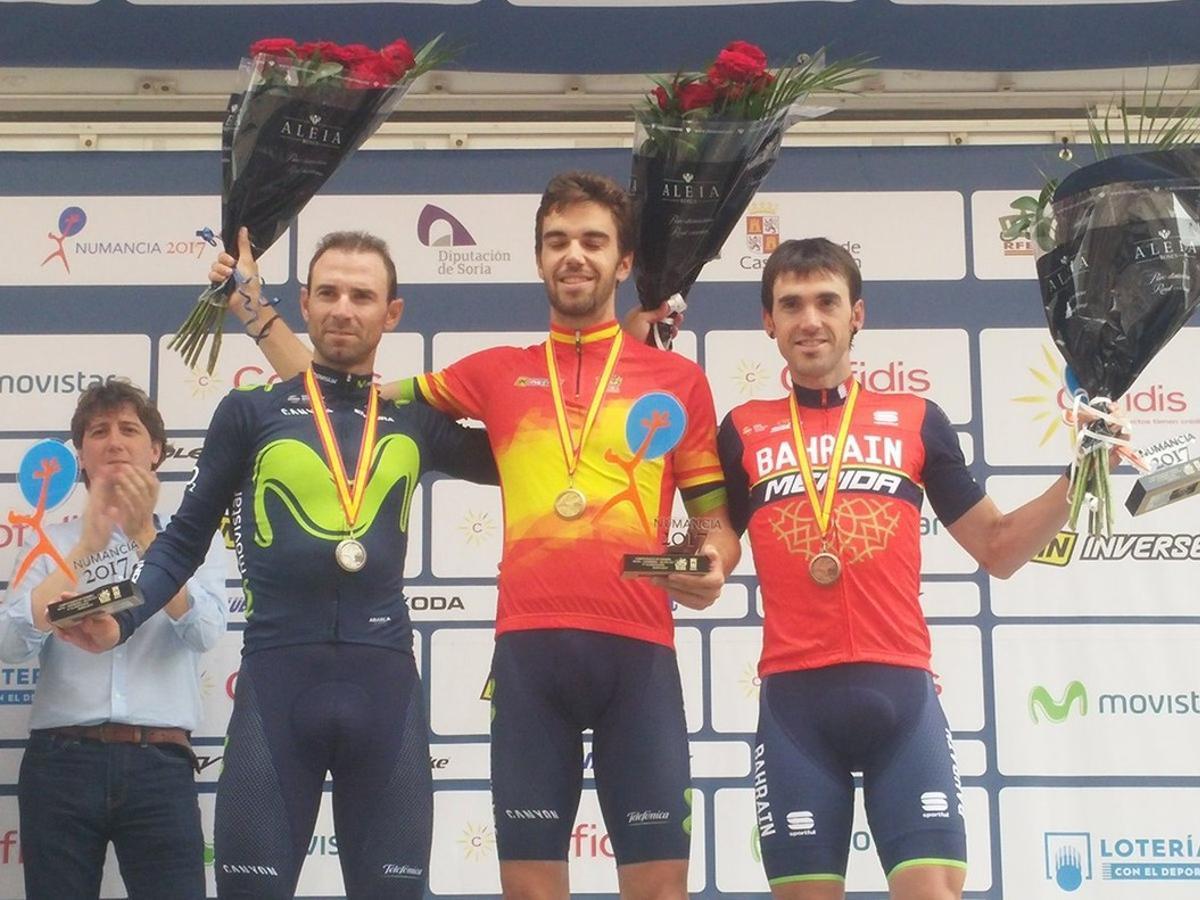 Jesús Herrada, con el 'maillot' rojigualda, flanqueado en el podio de Soria por Alejandro Valverde e Ion Izagirre.