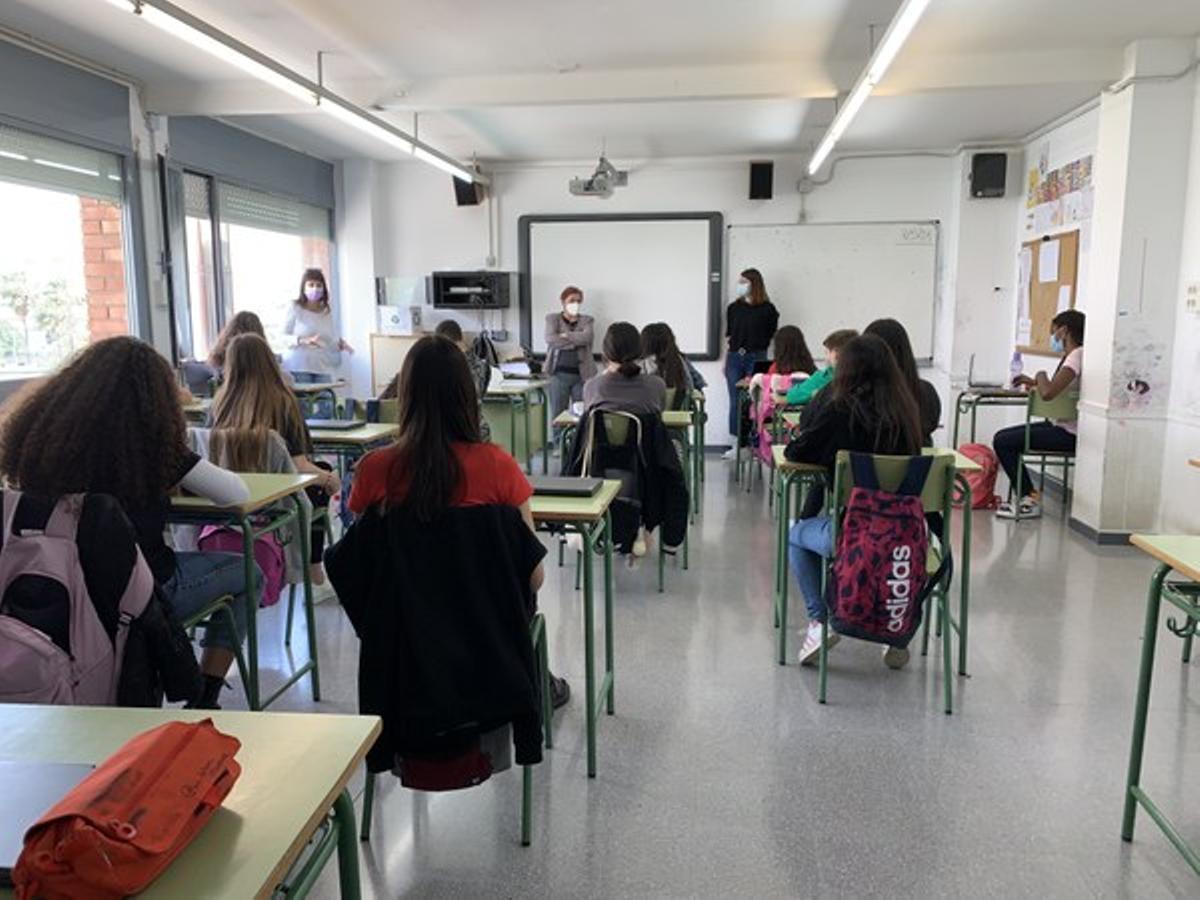 Sesión de trabajo conjunto del Punt de Voluntariat ylos alumnos del Institut Maria Aurèlia Capmany de Cornellà