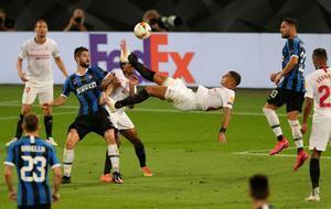 El sevillista Diego Carlos ejecuta la chilena que decidió la final de la Liga Europa.