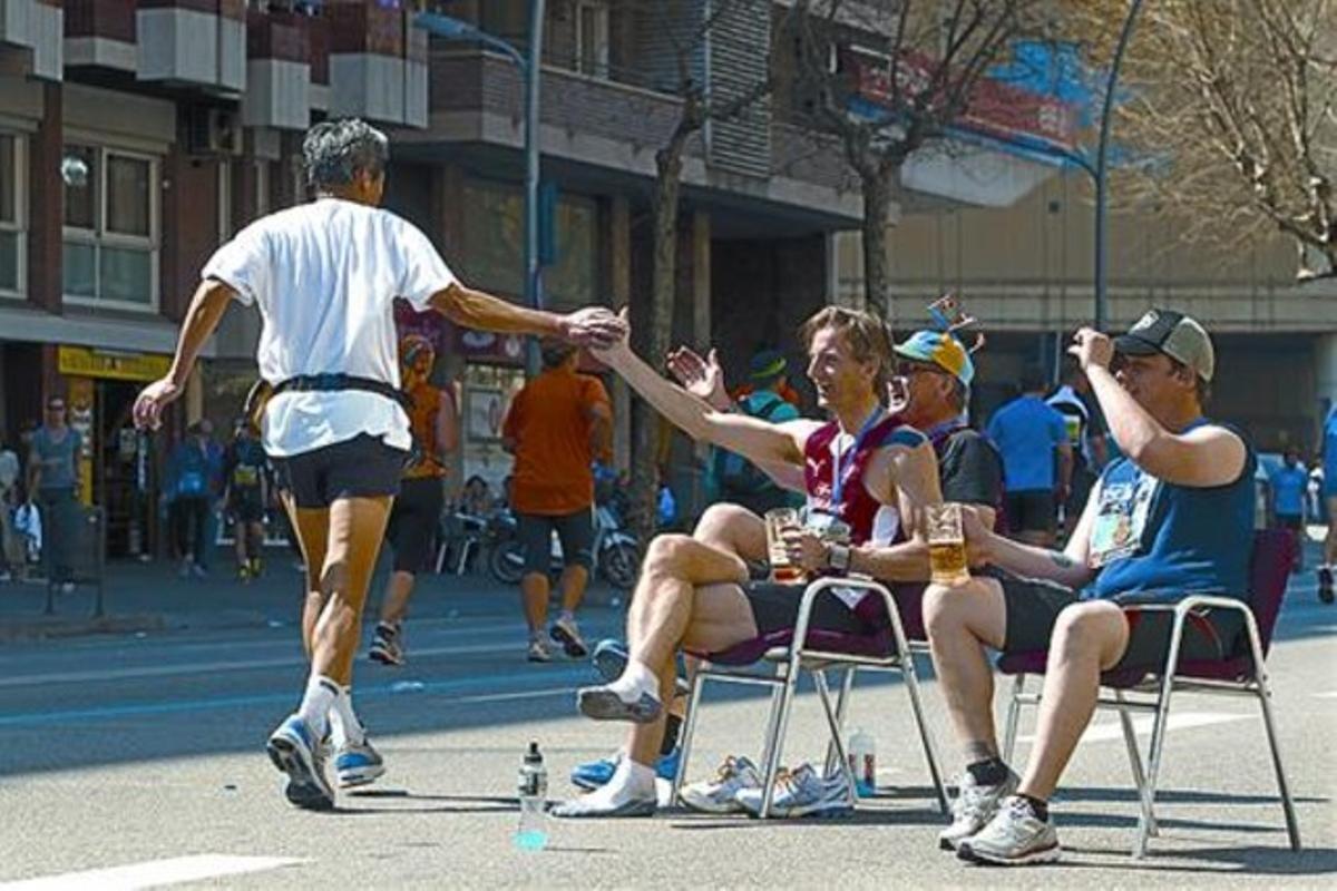 El maratón, a su paso por la Diagonal, muy cerca de la plaza de les Glòries.