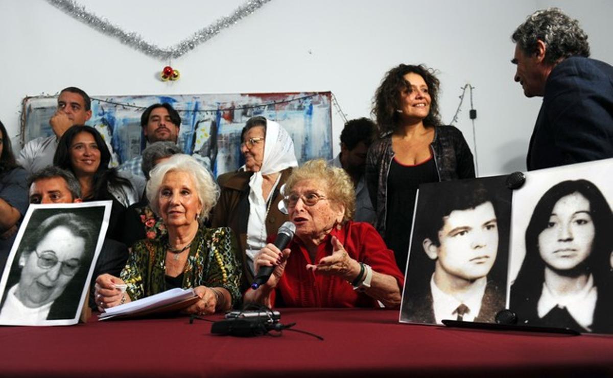 La presidenta de las Abuelas de la Plaza de Mayo, Estela de Carlotto (izquierda), anuncia la recuperación de la nieta 110, ante unas fotografías de los padres de la joven (derecha) y de la abuela (izquierda), todos fallecidos ya, este jueves.