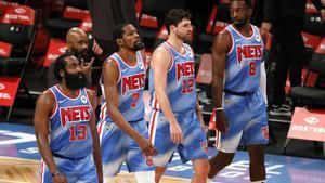 Harden, en su estreno con los Nets, al lado de Kevin Durant en un momento del partido