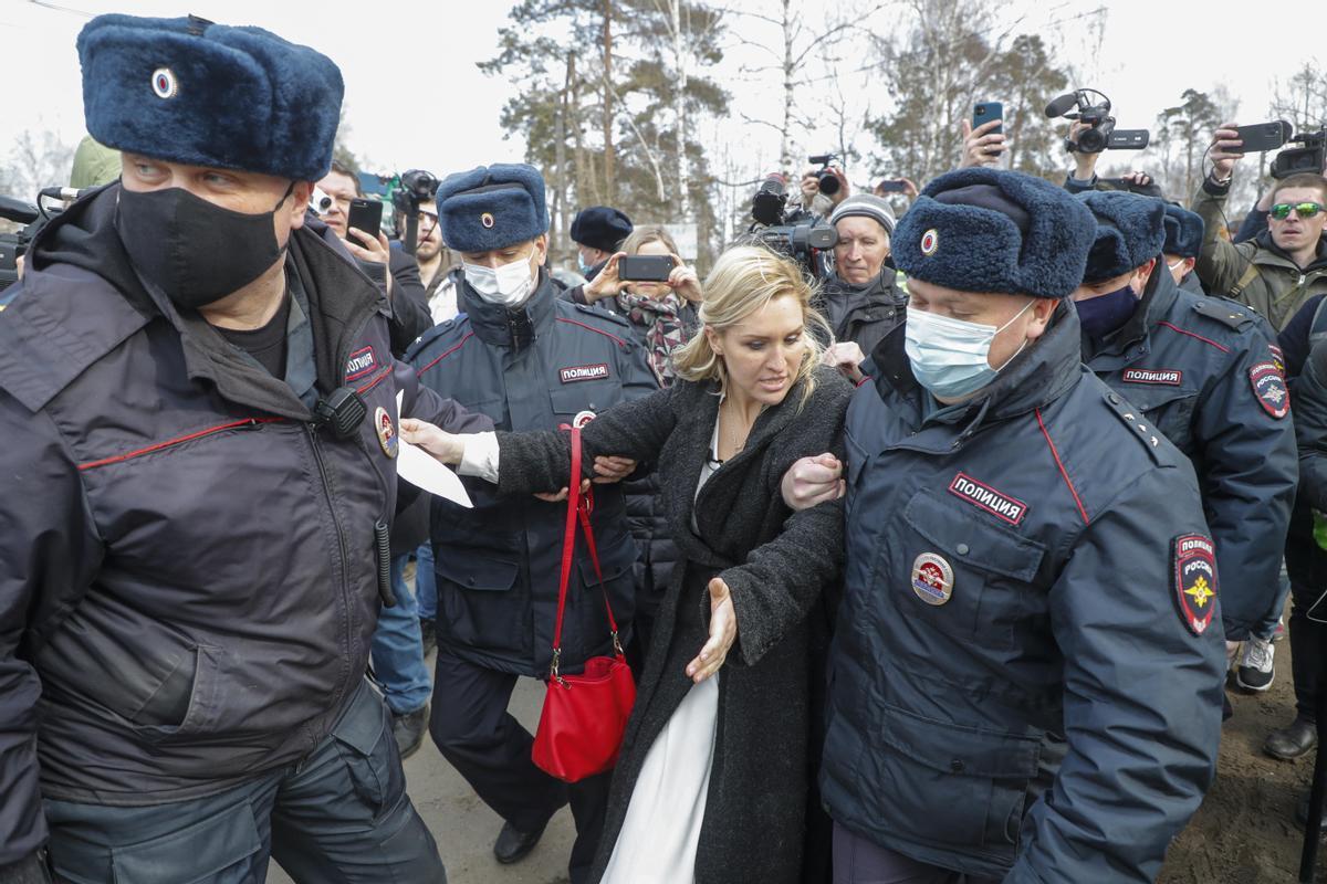 Agentes rusos detienen a Anastasia Vasilyeva, líder del sindicato médico próximo al Fondo contra la Corrupción, frente al penal IK-2 en el que está encarcelado Alekséi Navalni.