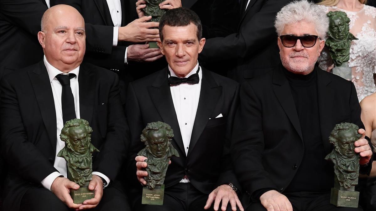El productor Agustín Almodóvar, Antonio Banderas y Pedro Almodóvar, enla gala de los Goya, en la madrugada del domingo.